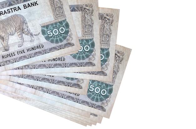 Rachunki 500 rupii nepalskich leży w małej wiązce lub paczce na białym tle. koncepcja biznesowa i wymiany walut
