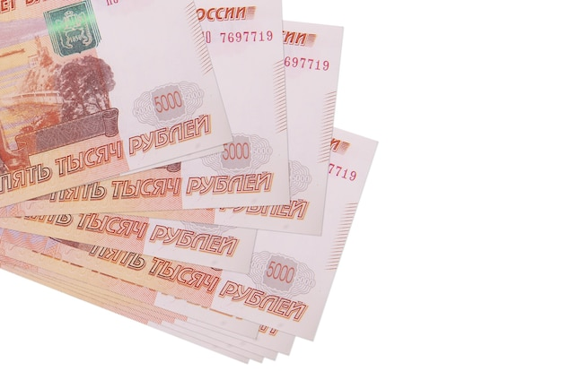 Rachunki 5000 rubli rosyjskich leży w małej wiązce lub paczce na białym tle. koncepcja biznesu i wymiany walut