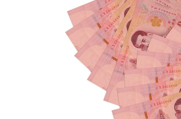 Rachunki bahtów tajskich leży na białym tle