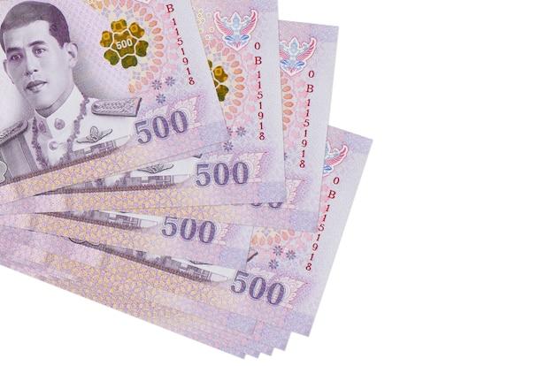 Rachunki bahtów tajskich leży w małej paczce lub paczce na białym tle