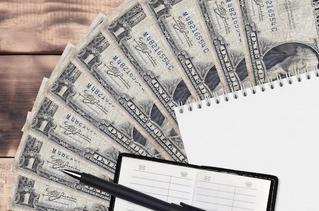 Rachunki dolarowe na drewnianym stole