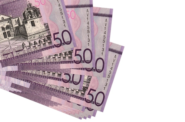Rachunki peso dominikańskie leżą w małej paczce lub paczce na białym tle