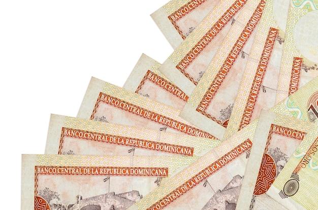 Rachunki peso dominikańskie leży w innej kolejności na białym tle