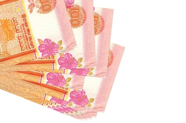 Rachunki rupii lankijskich r. w małej wiązce lub paczce na białej powierzchni