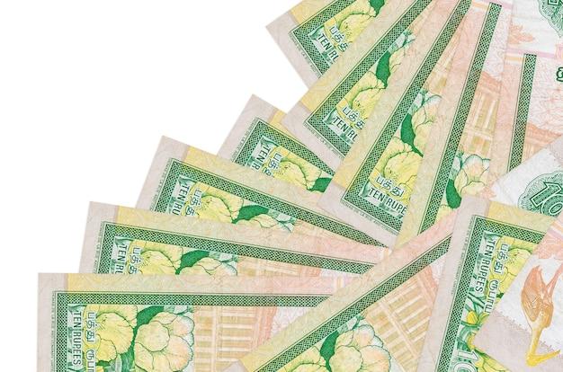 Rachunki rupii lankijskich r. w różnej kolejności na białej powierzchni