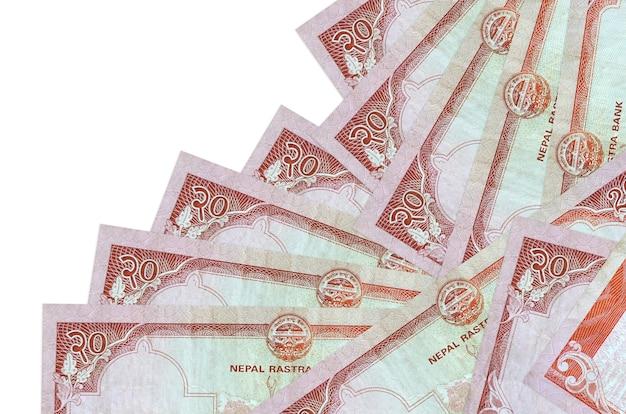 Rachunki rupii nepalskich leży w innej kolejności na białym tle
