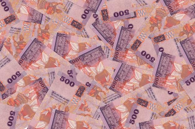 Rachunki rupii sri lanki leży w wielkim stosie tło koncepcyjne bogate życie duża ilość pieniędzy