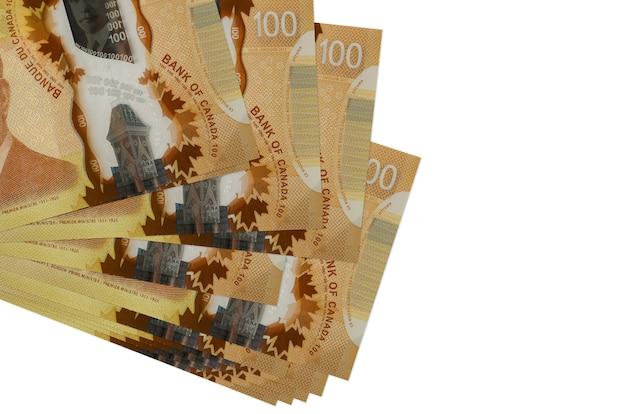 Rachunki w dolarach kanadyjskich leżą w małej wiązce lub paczce na białym tle