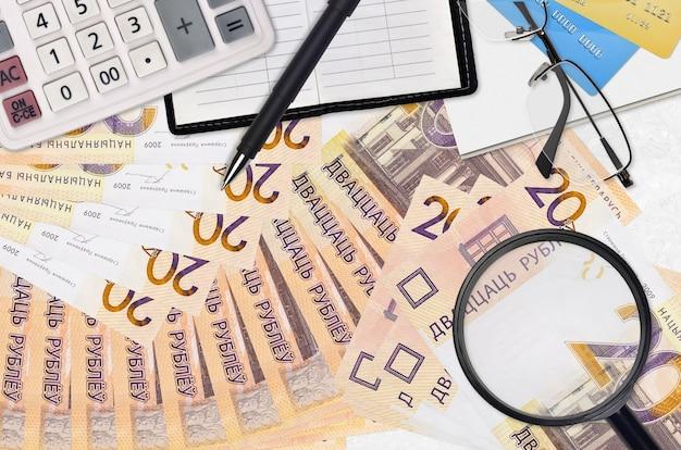 Rachunki w rublach białoruskich i kalkulator z okularami i długopisem