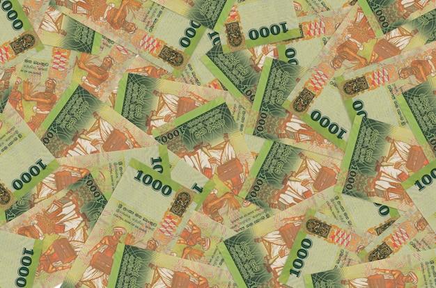Rachunki w rupiach lankijskich leżą na stosie