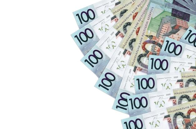 Rachunki za 100 rubli białoruskich leżą na białym tle na białej ścianie z miejsca na kopię. . duża ilość bogactwa w walucie krajowej