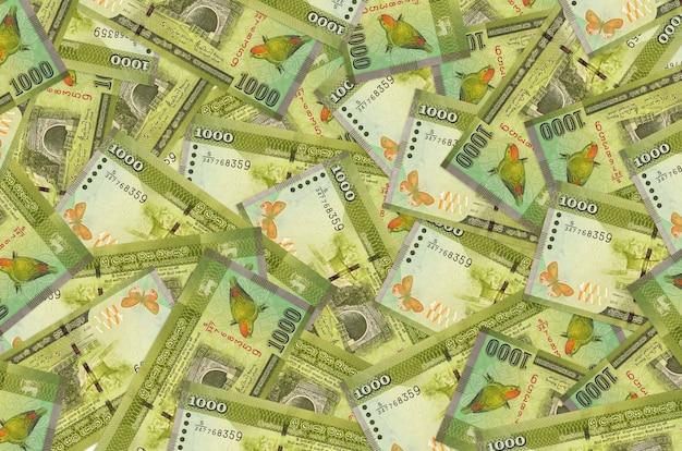 Rachunki za 1000 rupii lankijskich leżą na stosie. ściana koncepcyjna bogatego życia. dużo pieniędzy