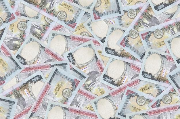 Rachunki za 1000 rupii nepalskich leżą na stosie