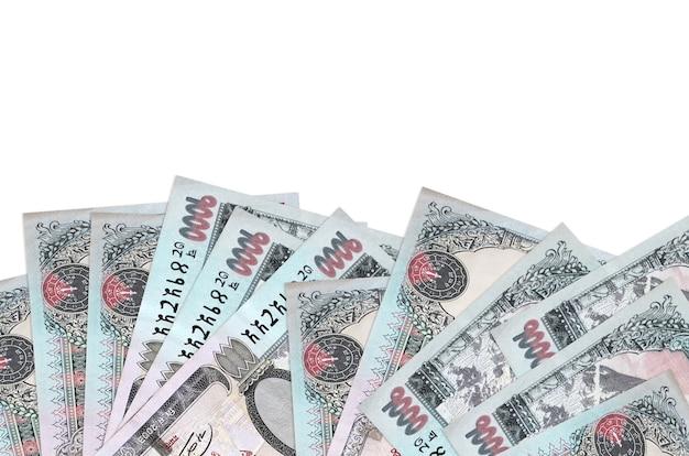 Rachunki za 1000 rupii nepalskich znajdują się w dolnej części ekranu na białej ścianie z miejscem na kopię.