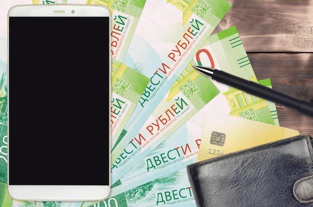 Rachunki za 200 rubli rosyjskich, smartfon z torebką i kartą kredytową