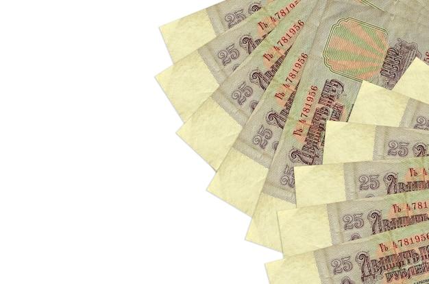 Rachunki za 25 rubli rosyjskich leżą na białym tle na białej ścianie z miejsca na kopię. . duża ilość bogactwa w walucie krajowej