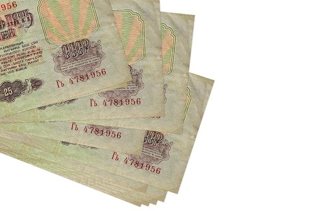 Rachunki za 25 rubli rosyjskich leżą w małej paczce lub paczce na białym tle. koncepcja biznesowa i wymiany walut
