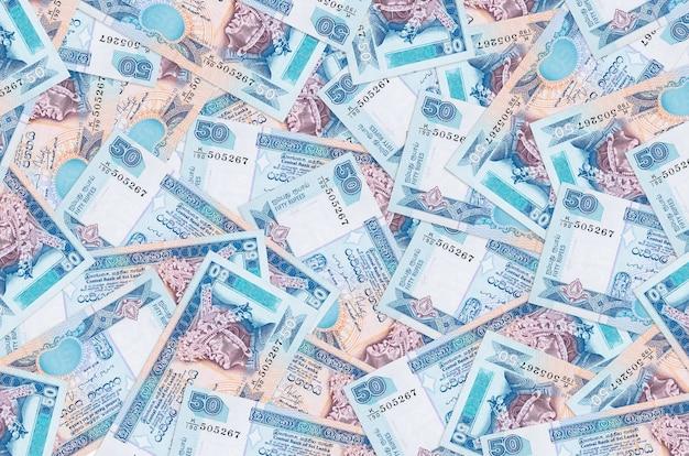 Rachunki za 50 rupii lankijskich leżą na stosie. ściana koncepcyjna bogatego życia. dużo pieniędzy