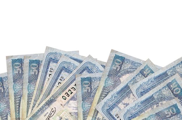 Rachunki za 50 rupii nepalskich znajdują się w dolnej części ekranu na białej ścianie z miejscem na kopię.