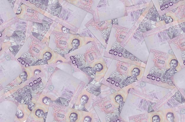 Rachunki za 500 bahtów tajlandzkich leżą na stosie. koncepcyjne tło bogate życie. dużo pieniędzy