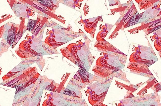 Rachunki za 500 rielów kambodżańskich leżą na stosie. ściana koncepcyjna bogatego życia. duża suma pieniędzy