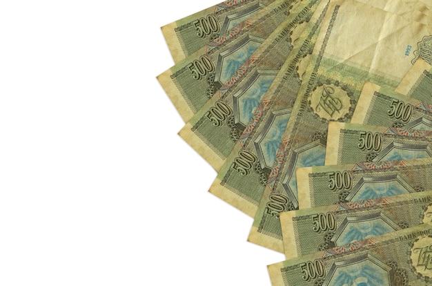Rachunki za 500 rubli rosyjskich leżą na białym tle na białej ścianie z miejsca na kopię. . duża ilość bogactwa w walucie krajowej