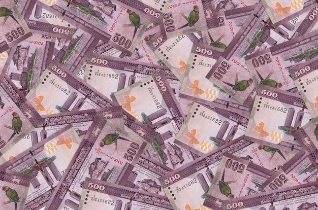 Rachunki za 500 rupii lankijskich leżą na stosie. . dużo pieniędzy