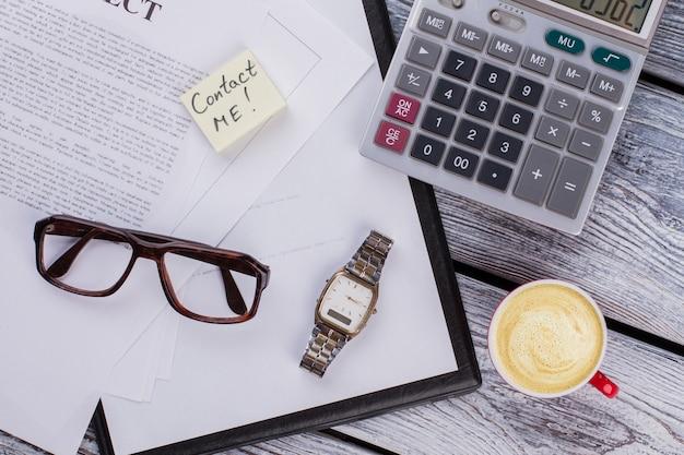 Rachunkowość biznesowa i wizytówka z notatką kontaktową. widok z góry na płasko.