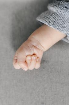 Rączka małego noworodka zaciśnięta w pięść z miejscem na kopię