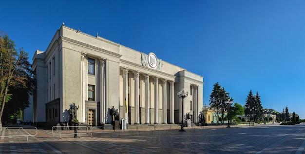 Rada najwyższa ukrainy lub rada najwyższa w kijowie na ukrainie w słoneczny letni poranek