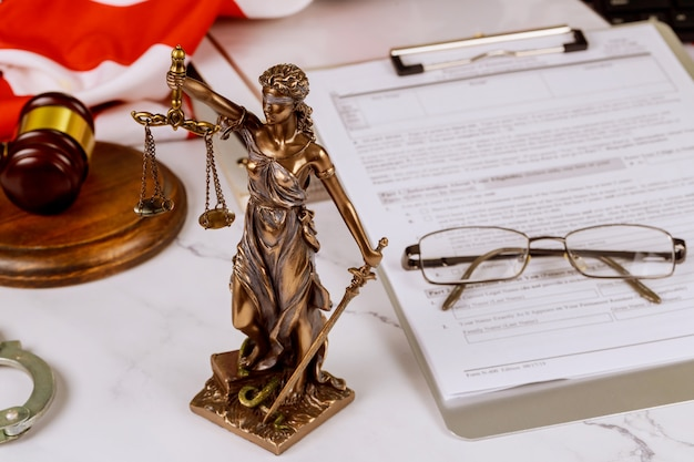 Radca sprawiedliwości w garniturze prawnik pracujący nad dokumentami w kancelarii prawnej w biurze