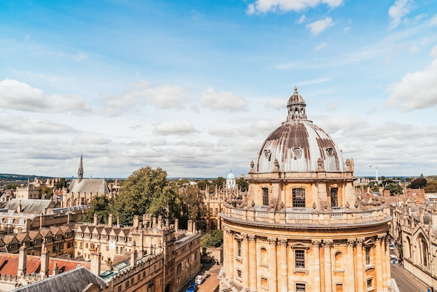 Radcliffe camera i all souls college na uniwersytecie oksfordzkim. oxford, wielka brytania.