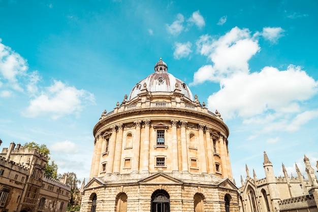 Radcliffe camera i all souls college na uniwersytecie w oksfordzie. oxford, wielka brytania