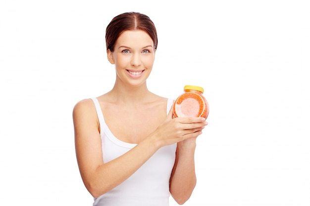 Radiant kobieta trzyma pojemnik sole do kąpieli