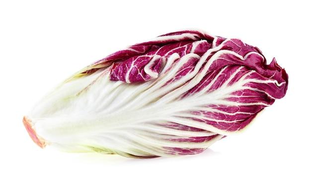 Radicchio, czerwona sałatka na białym tle