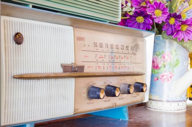 Radio w stylu vintage na górnym stole. lokalizacja publiczna.