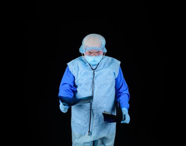 Radiografia płuc lekarz sprawdzający zdjęcie rentgenowskie pacjentów pracownik medyczny sprawdza obraz rentgenowski xray