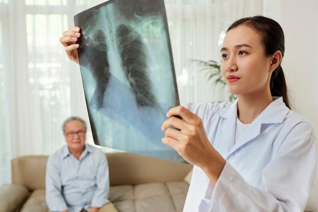 Radiolog badający zdjęcie rentgenowskie pacjenta