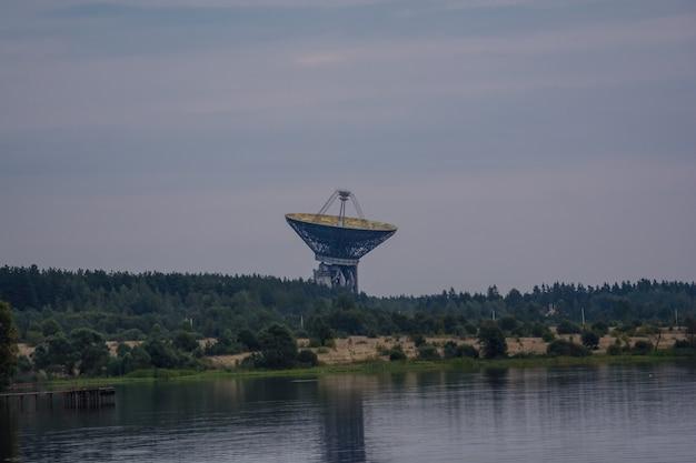 Radioteleskop tna-1500 w obserwatorium radioastronomicznym kalyazin. rosja.