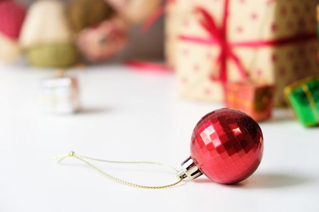 Radość wesołych świąt wszyscy w grudniu. pięknie urządzone w domu.