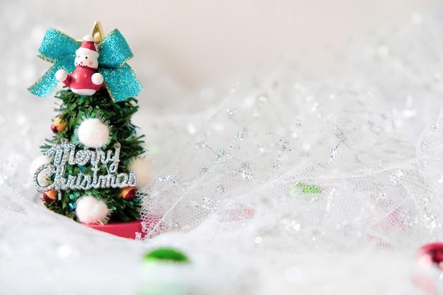 Radość wesołych świąt wszyscy w grudniu. z pięknie udekorowanymi drzewami w domu.