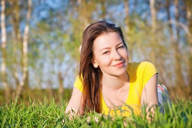 Radość z wiosny kobieta w naturze