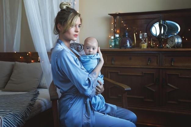 Radości macierzyństwa. młoda piękna matka i jej słodkie małe dziecko