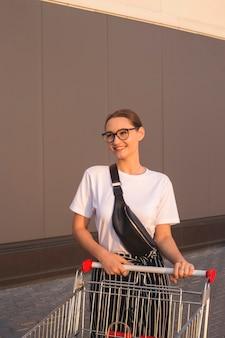 Radosna dziewczyna z zakupami poza centrum handlowym