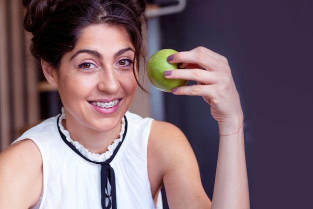 Radosna dziewczynka bawi się z jej jabłko