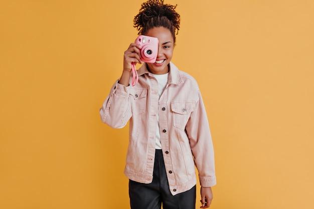 Radosna kobieta robi zdjęcia