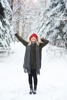 Radosna kobieta w okresie zimowym