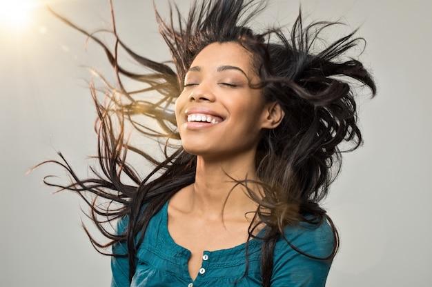 Radosna kobieta z fryzurą
