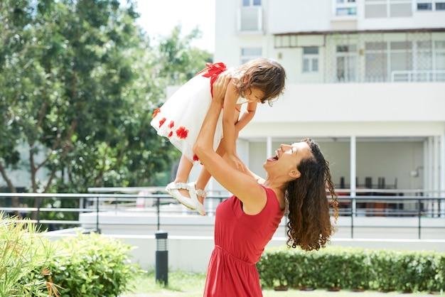 Radosna mama i córeczka