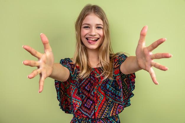 Radosna młoda blond słowiańska kobieta wyciąga ręce